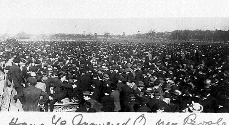 Crowds at the anti-conscription rally, Melbourne 1916