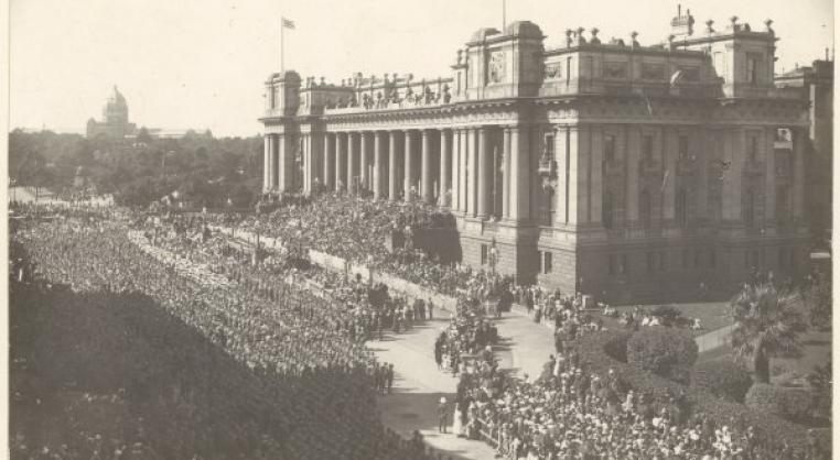Crowd at WW1 armistice celebration outside Parliament House, Melbourne
